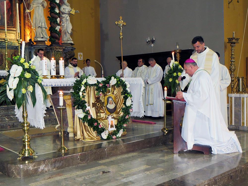 Mons. Petanjak pred relikvijama M. Terezije od sv. Josipa