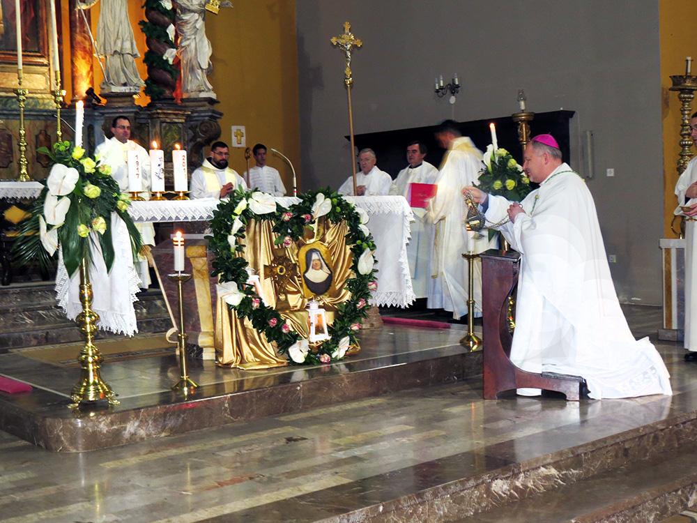 Mons. Petanjak pred relikvijama Utemeljiteljce