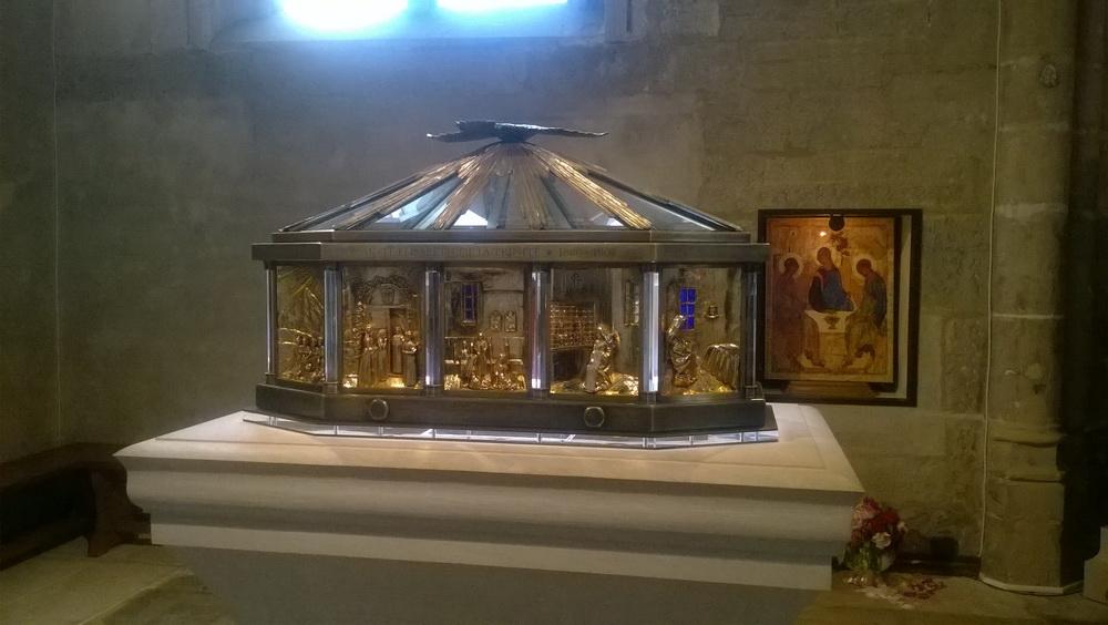 Relikvijar sv. Elizabete od Trojstva u crkvi sv. Mihaela u Dijonu umjetnički je izračen sa motivima iz njenog života