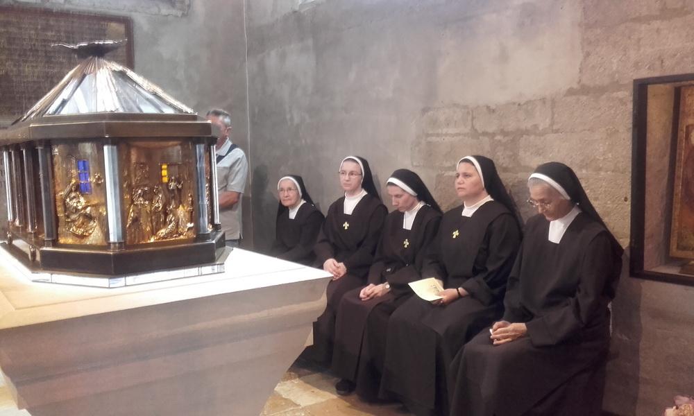 Hodočasnice u molitvi pred relikvijarom sv. Elizabete od Trojstva