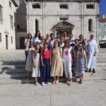 9. Ispred crkve drevnog samostana benediktinki