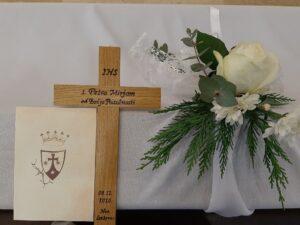 Primi ovaj križ, budi vjerna Kristu Zaručniku da prispiješ na gozbu vječnoga života.